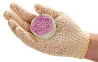 Eldiven şeklinde bir banyo kesesi giyilmiş bir eldeki sabun