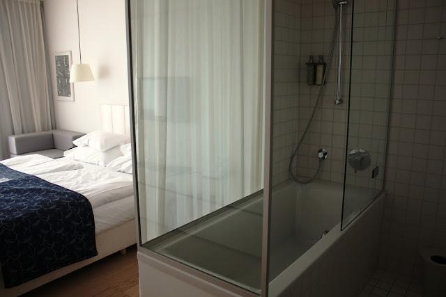 Wir finden es schön: die offene Anordnung von Bad und Schlafraum © Copyright Monika Fuchs, TravelWorldOnline