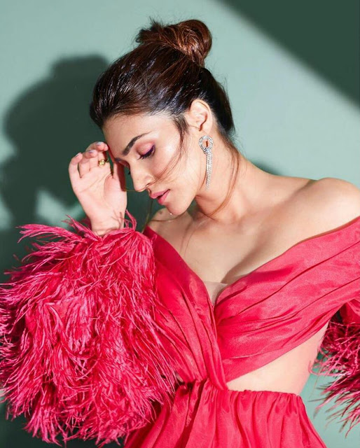 Beautiful Kriti Sanon Latest sexy HD Wallpaper 1080p