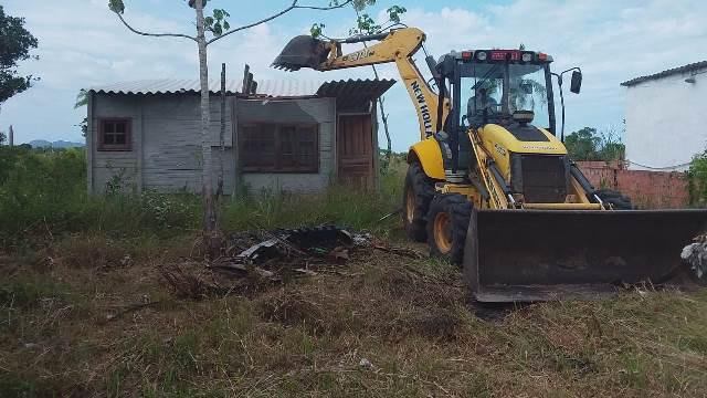Operação conjunta do Município e Polícia Militar demoliu sexta 16/04 seis construções irregulares na ilha