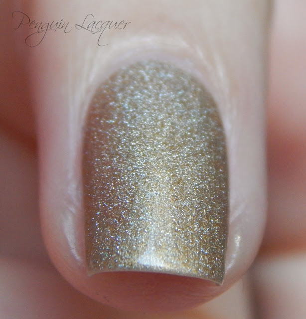 kiko holographic nail lacquer 002 golden champagne daylight makro