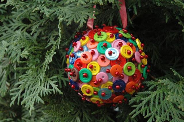 bolas de navidad decoradas con botones