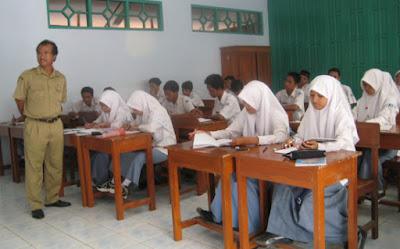 Guru SMAN 2 Purworejo sedang Mengajar