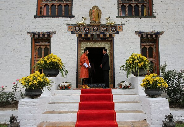 King Jigme Khesar Namgyel Wangchuck and Queen Jetsun Pema welcomed Prime Minister Prayuth Chan-ocha and his wife Naraporn