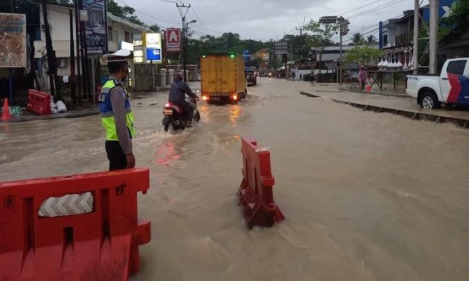 Akibat Hujan Lebat, Sat Lantas Polres Lebak Gatur Lancarkan Arus Lalulintas di Jalan Tergenang Air