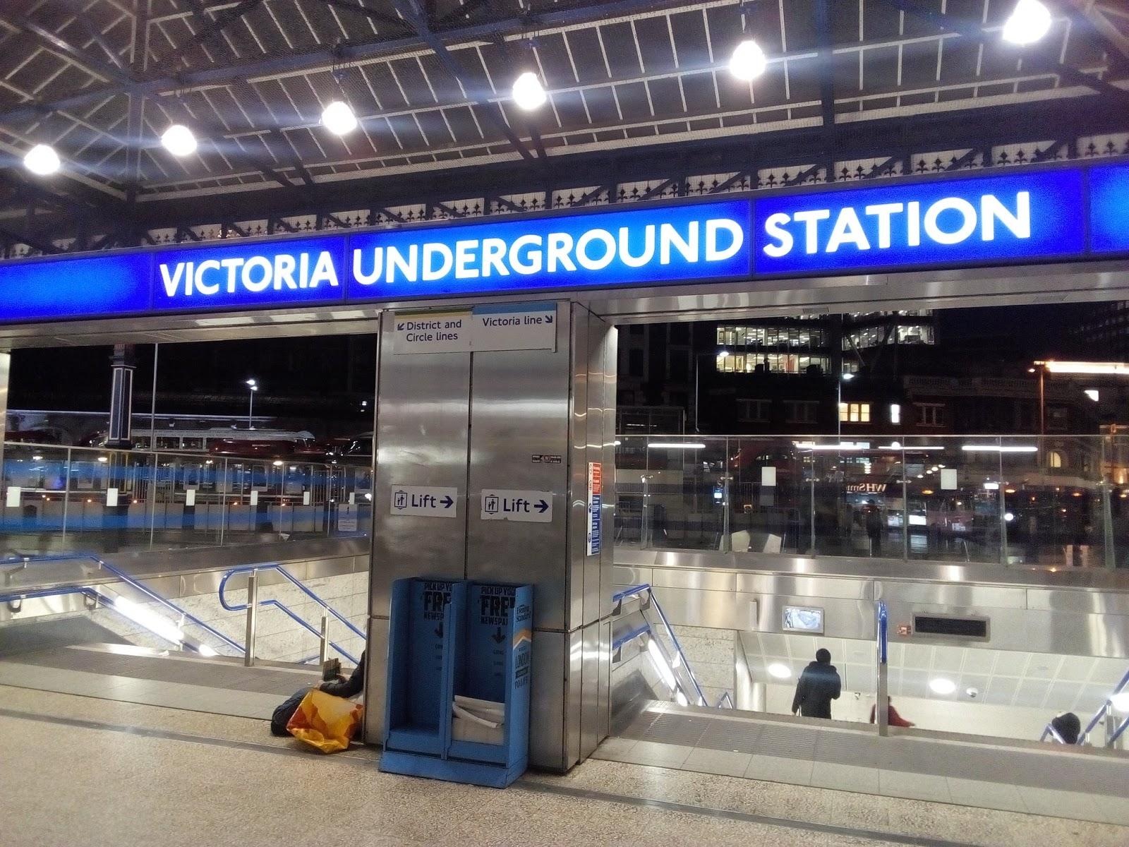 Izgaismots virsraksts virs ieejas metro stacijā Londonā