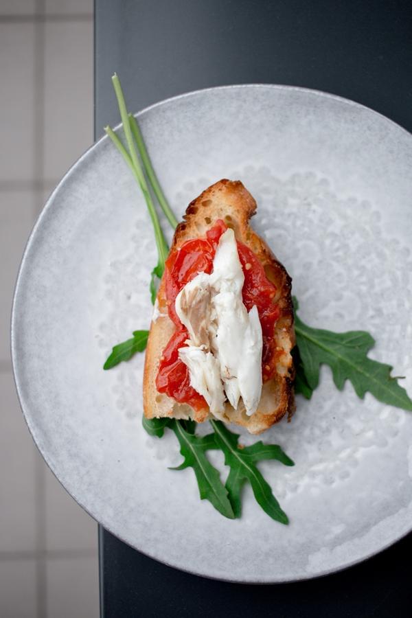 Pan con tomate z pieczoną rybą