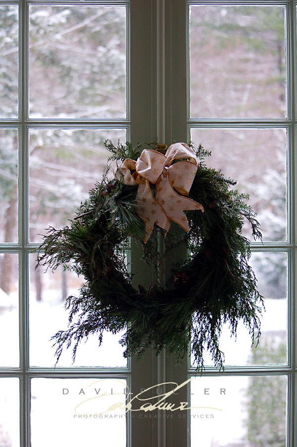 {holiday inspiration : candlelight and firelight and mistletoe}