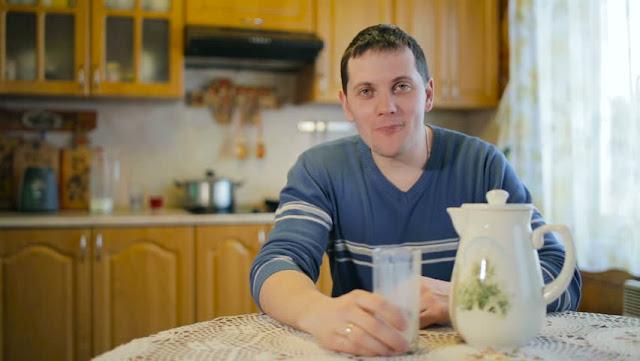 Полицията залови мъж, който проникнал в чужда къща, седял на пода пиел мляко и пеел