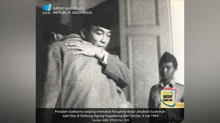 Ada Kemarahan di Balik Foto Pelukan Presiden Soekarno dan Jenderal Soedirman