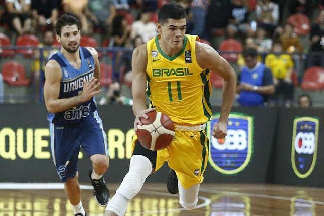 Gui Santos em partida com a seleção brasileira de basquete
