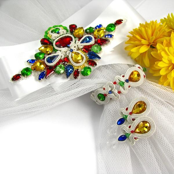 Biżuteryjny pas na suknię ślubną z kryształkami.