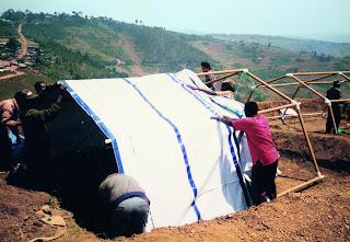 Construcción de Casas de emergencia en Ruanda (1999)