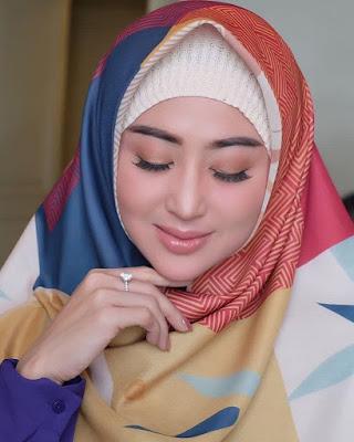Dewi Perssik pakai jilbab dan hijab manis