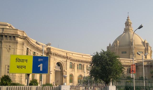 लखनऊ : कानपुर की 4 लड़कियों ने विधानसभा के सामने की आत्मदाह की कोशिश