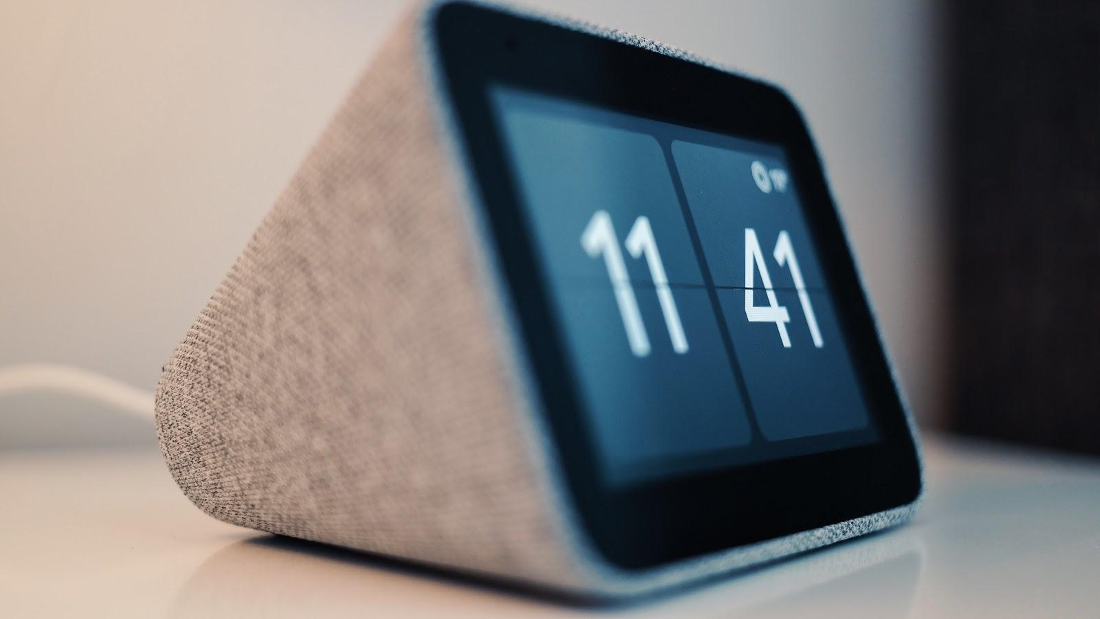"""Lenovo Smart Clock ist eine stilvolle, sprachgesteuerte 4"""" Smart Clock mit Google Assistant. Ein Wecker den jeder haben sollte. Im Atomlabor Blog habe ich einen Closer Look darauf geworfen. Es lohnt sich."""