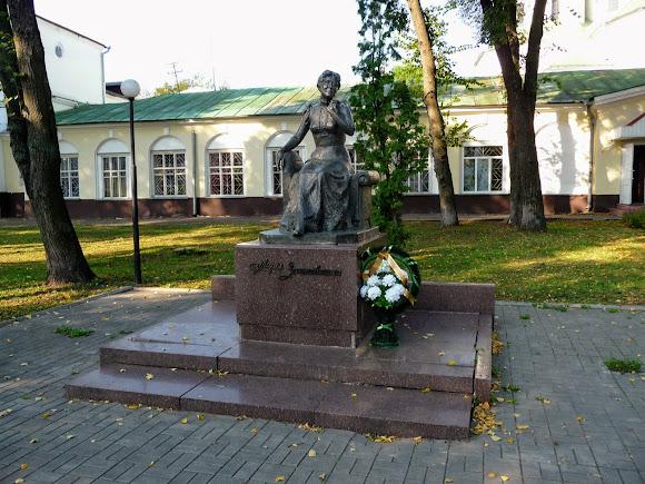 Нежин. Памятник Марии Заньковецкой в сквере её имени