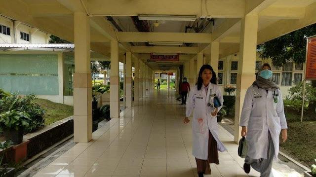 Dokter berjalan di koridor Rumah Sakit Umum Pusat H Adam Malik (HAM).
