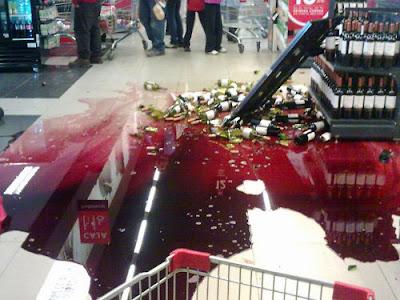 Rotwein Regal in der Kaufhalle ist umgefallen - Einkaufen lustig