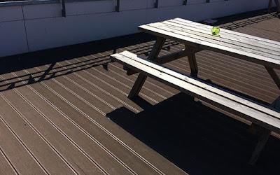 bàn gỗ và sàn gỗ nhựa ngoài trời