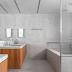 Banheiro com banheira todo revestido em granito siena escovado e armário de madeira!