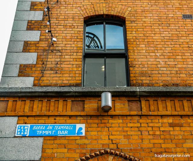 Placa de rua em inglês e em gaélico em Temple Bar, Dublin