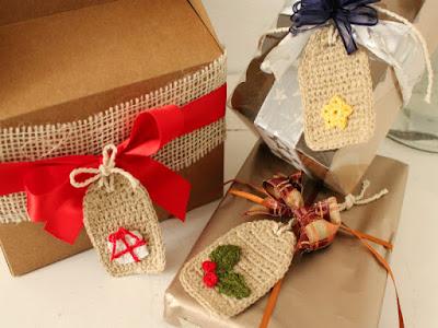 esempio di decorazione fai da te per pacchetti regalo natalizi