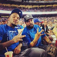 El rapero Ice Cube como miembro de la pandilla Crips