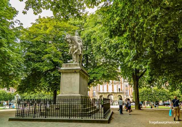 Estátua do Rei Luís XIII na Place des Vosges, Paris