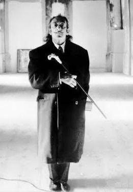 Foto de Salvador Dalí parado con saco