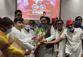 उरई: शिक्षक नेता दीपक पाण्डेय ने अपने दर्जनों साथियों के साथ समाजवादी पार्टी की सदस्यता ली जनपद में ब्राह्मण समाज का एक बड़ा चेहरा माने जाते हैं दीपक पांडे