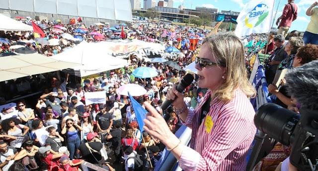 """[Vídeo] Manifestação """"pela educação"""" teve discurso até de Gleisi Hoffmann, líder do PT"""