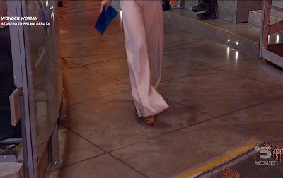Claudia Ruggeri pantaloni bianchi avanti Un Altro 11 marzo
