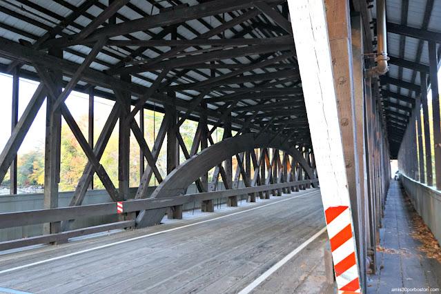 Interior del Saco River Covered Bridge en Conway, New Hampshire