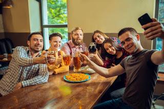 grupo de amigos comendo e bebendo