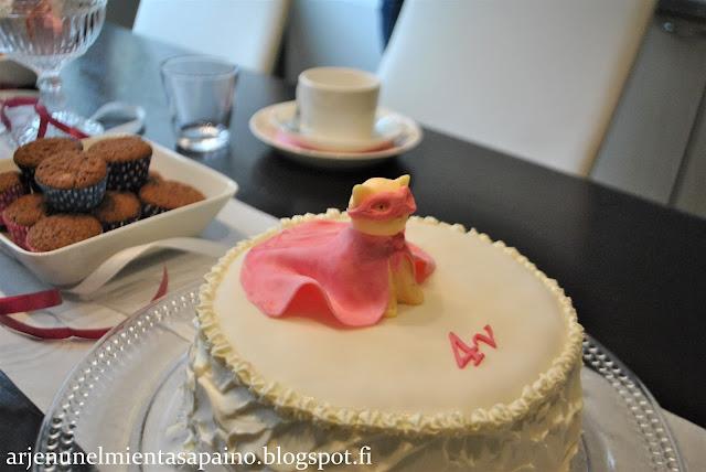 juhlapöytä, koristelu, kakku, kakunkoriste, kaulintamassa, synttärikakku
