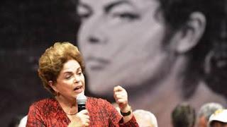 El sábado, a las 12 de la mañana, por quinta vez desde que empezó la fase final de este juicio político, una senadora favorable a Rousseff, acusada de un presunto delito de responsabilidad (alteraciones en el presupuesto sin permiso del Congreso y peticiones de crédito a bancos públicos), protestó por la falta de personas en la sala. En ese momento, sólo 31 de los 81 senadores se encontraban presentes. La mayoría, del bloque pro-Dilma. Tal vez por estrategia -una manera de boicotear a los testigos de la defensa, que prestaban declaración- o tal vez por falta de interés -los argumentos de una y otra parte se repiten hasta la saciedad una y otra vez- el caso es que en muchas ocasiones de este juicio hay más senadores en los pasillos que en la sala.
