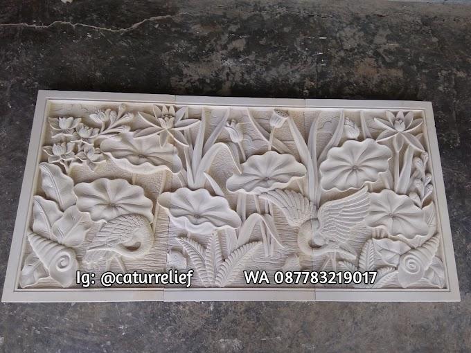 Relief motif bangau dan bunga lotus