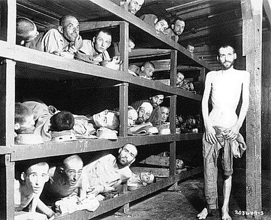 Dormitório coletivo de judeus em campo de concentração polonês, 1943.