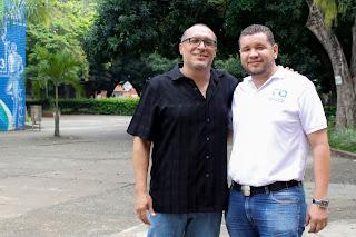 De Izq. a Der.: Profesor Fiderman Machuca y el Ing. Químico Diego Blandón