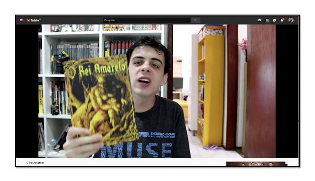 Apresentador do Vlog 2Quadrinhos segurando exemplar de O Rei Amarelo em Quadrinhos