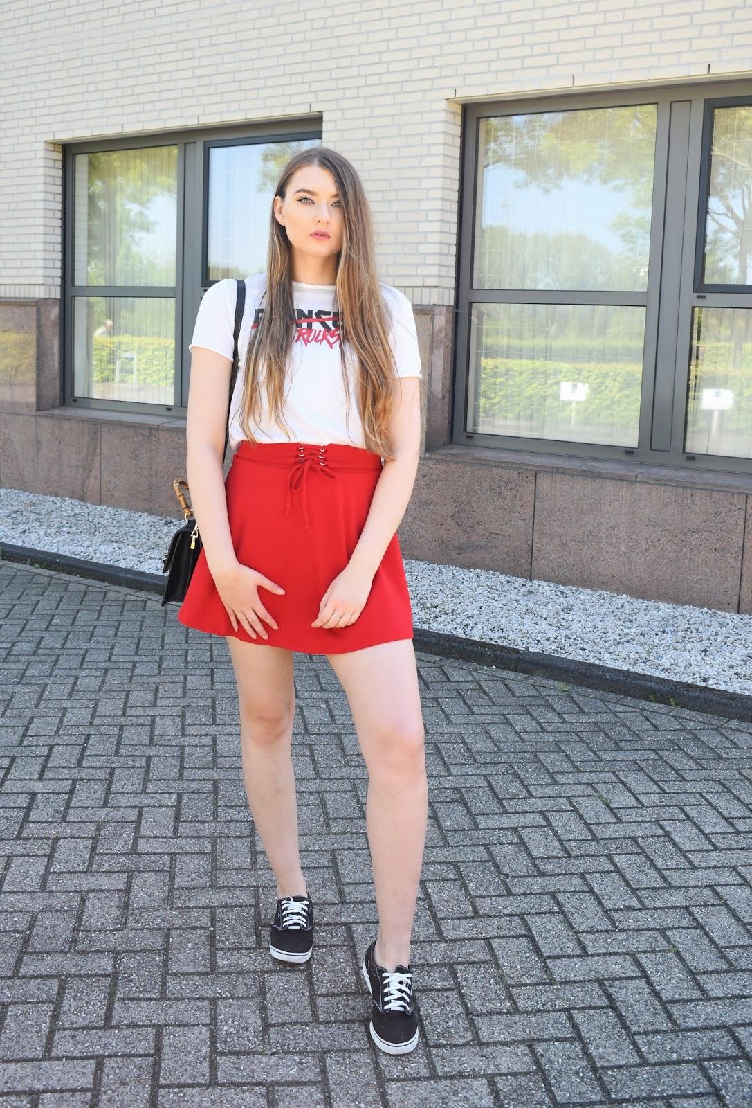 Jaka bluzka do czerwonej spódnicy