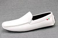 Beyaz deriden yapılmış mokasen ayakkabı