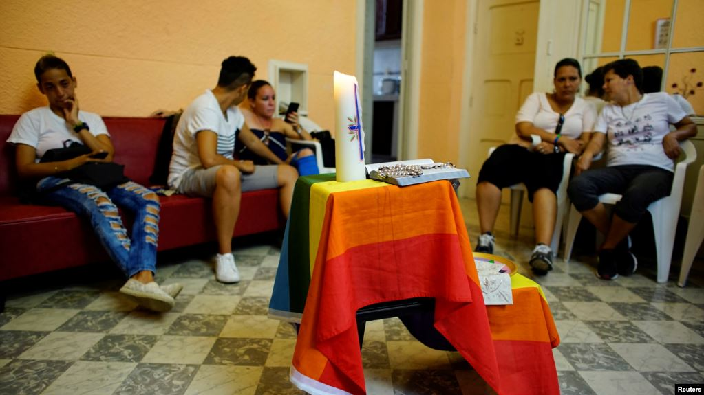 El Departamento de Estado señala que la protección de la libertad religiosa es una de las principales prioridades de la política exterior de la Administración Trump. En la foto, activistas de la comunidad LGBT participan en un chat antes de un servicio religioso en La Habana / REUTERS