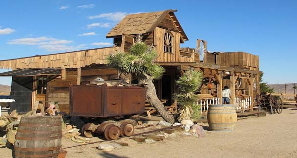 In 1946, the Hollywood's actors Gene Autry and Roy Rogers established this Pioneertown to fulfill their dream of shooting a film in a town that reflects the old west. At the outer side of this motel are old fashioned boutiques, where you will find the horse tethering areas together with a jail and a typical saloon.