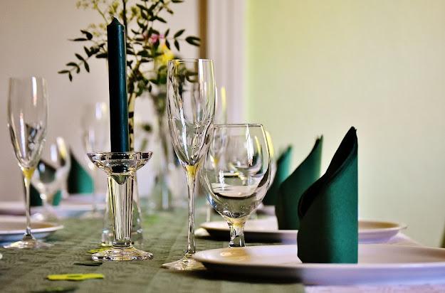 Jak wybrać stół do salonu?