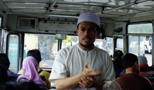 Ustadz Solmus, Dai Bus yang Ditunggu-tunggu Penumpang