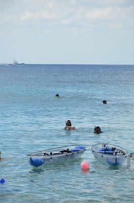 """Praia da Uva - Cozumel (caiaques com fundo transparente - e """"wally"""" lááá no fundão.... ;)"""
