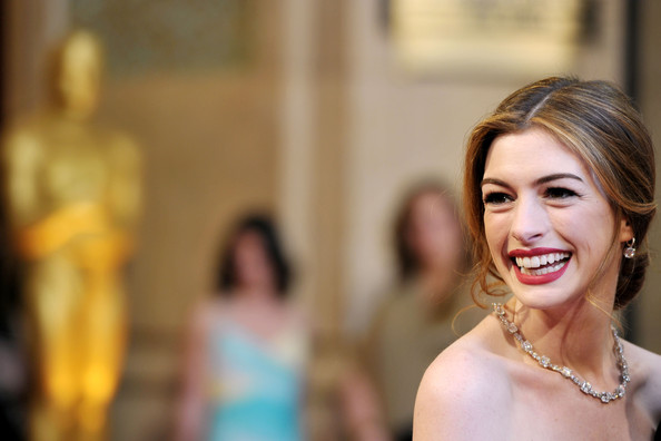 Queen Hairstyles: Hairstyle Review And Pictures: Style Queen Anne Hathaway