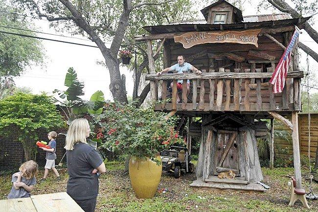 Doctor se muda a la casa del árbol en su jardín para proteger a su familia del coronavirus